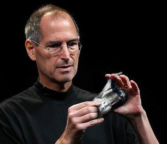 Steve Jobs sujeta un motor de la cápsula del tiempo