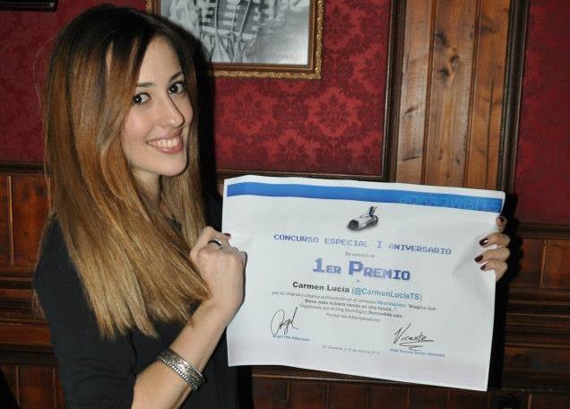 Carmen Lucía recogiendo su diploma en I Concurso Aniversario Borrowbits