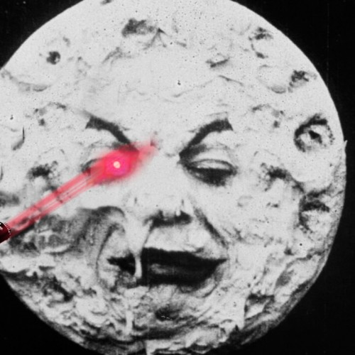 ¿Durante cuánto tiempo tengo que apuntar a la Luna (con un láser) para conseguir ver un punto?